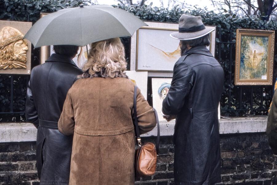 Några modiga besökare studerar den utställda konsten.